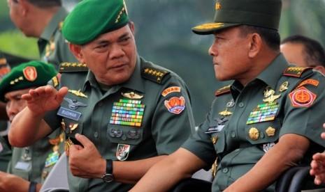 Panglima TNI Jenderal TNI Moeldoko (kanan) dan KSAD Jenderal TNI Budiman (kiri).