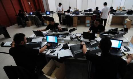Panitia memindai lembar jawaban ujian nasional tingkat SMP dan sederajat di Dinas Pendidikan Provinsi Jabar, Kota Bandung, Selasa(6/5).  (foto: Septanjar Muharam)