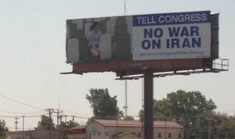 Aktivis AS Pasang Papan Reklame 'No War on Iran'