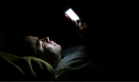 Paparan cahaya dari smartphone bisa meningkatkan rasa lapar dan menurunkan rasa kantuk pada malam hari.
