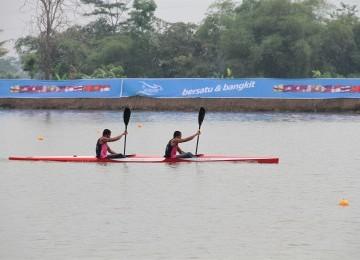 Para atlet cabor dayung melakukan uji coba lintasan dan persiapan akhir jelang perlombaan di danau Cipule, Karawang, Jabar, 10/11/2011. (Republika Online/Fafa)