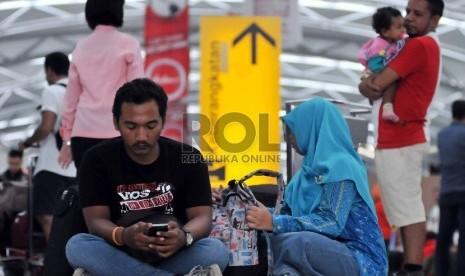 Para calon penumpang Lion Air menunggu untuk melakukan refund di Terminal 3 Bandara Soekarno-Hatta, Cengkareng, Banten, Jumat (20/2)..  (Republika/Rakmawaty La'lang)