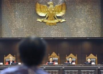 Para Hakim Mahkamah Konstitusi (dari ki-ka) Harjono, Mahfud MD, Ahmad Fadlil Sumadi dan Maria Farida Indrati saat pembacaan putusan atas perkara di gedung MK, Jakarta.