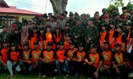 Para mahasiswa peserta Ekspedisi NKRI (berkaus oranye) sedang berpose bersama Pangkostrad Letjen TNI Gatot Nurmantyo (pegang tongkat komando)