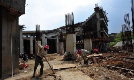 Para pekerja di proyek Pusat Pendidikan, Pelatihan dan Sekolah Olahraga Nasional di Bukit Hambalang, Bogor, Jawa Barat, Rabu (30/5). (Edwin Dwi Putranto/Republika)