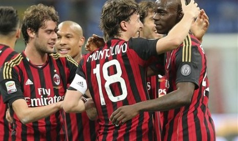 Para pemain AC Milan merayakan gol.