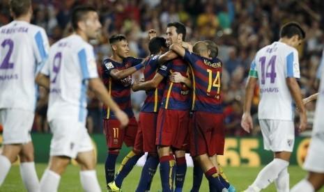 Para pemain Barcelona merayakan gol yang diciptakan Thomas Vermaelen ke gawang Malaga