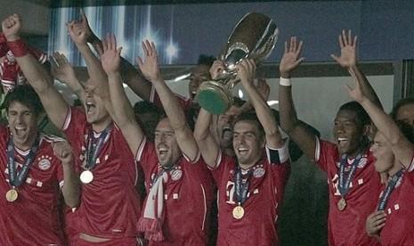 Para pemain Bayern Muenchen mengangkat trofi Piala Super Eropa 2013.