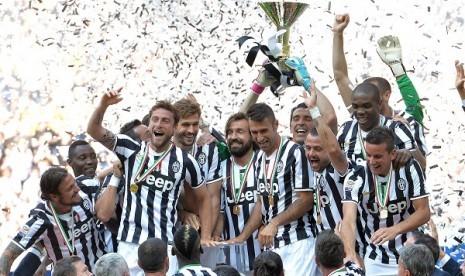 Para pemain dan staf Juventus merayakan keberhasilan mereka meraih juara Liga Italia