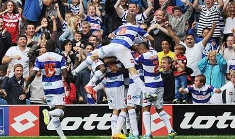 Para pemain Queens Park Rangers (QPR) merayakan gol.