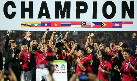 Para pemain Timnas Indonesia U-19 merayakan gelar juara Piala AFF U-19 setelah di final yang berlangsung di Stadion Gelora Delta Sidoarjo, Ahad (22/9) malam mengalahkan Vietnam.