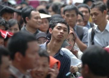 Para pemuda mengantri sebuah bursa kerja di Depok, Februari 2011