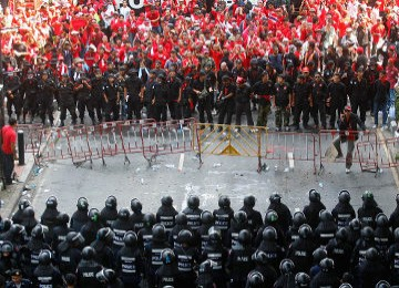 Para demonstran Kaos Merah berhadap-hadapan dengan pasukan militer antihuru-hara Thailand di pusat ibu kota, Bangkok.