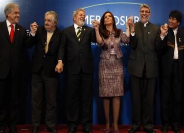 Para pemimpin Amerika Latin (dari kiri): Presiden Cile Sebastian Pinera, Presiden Uruguay Jose Mujica, Presiden Brasil Luiz Inacio Lula da Silva, Presiden Argentina Cristina Fernandez, Presiden Paraguay Fernando Lugo, dan Presiden Bolivia Evo Morales.