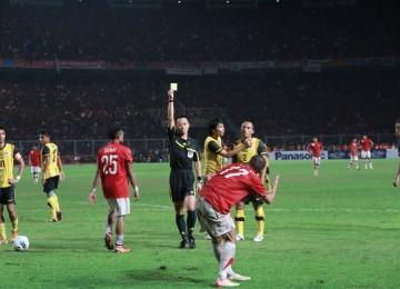 Partai Indonesia melawan Malaysia berlangsung ketet hingga banyak membuahkan kartu kuning bagi kedua kesebelasan, slah satu diterima oleh pemain Indonesia Ferdinan Sinaga, GBK Jakarta, Senin, (21/11). (Republika Online/Fafa)