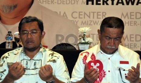 Pasangan Ahmad Heryawan-Deddy Mizwar berdoa bersama di Media Center Aher-Deddy, Bandung, Jawa Barat, Ahad (24/2).  (Republika/Prayogi)