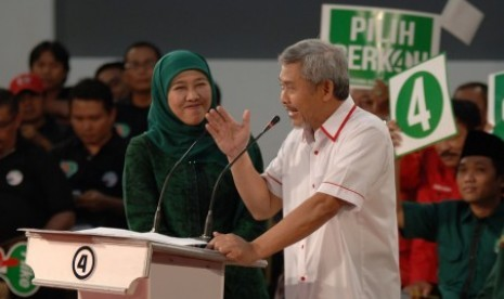 Pasangan calon gubernur dan calon wakil gubernur Jawa Timur Khofifah Indar Parawansa-Herman S Sumawiredja ketika mengikuti Debat Cagub dan Cawagub Jatim 2013-2018 di Surabaya, Jatim, Senin (12/8) malam.