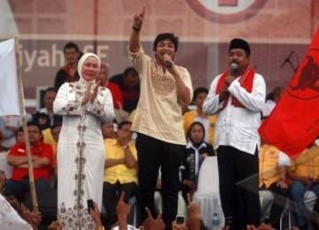 Pasangan calon gubernur Ratu Atut (kiri) dan cagub Banten 2011 Rano Karno (Kanan) bernyanyi bersama dengan Pasha ungu saat digelarnya kampanye terbuka Pilgub Banten di Lapangan Cilenggang, Serpong, Tangerang Selatan, Minggu (9/10).