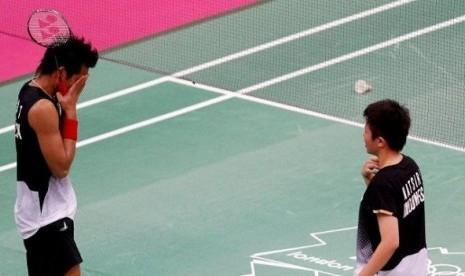 Pasangan ganda campuran Indonesia, Totowi Ahmad (kiri) dan Liliyana Natsir (kanan) menyampaikan permintaan maafnya karena tak mampu menyumbangkan sekeping medali di ajang Olimpiade London 2012.