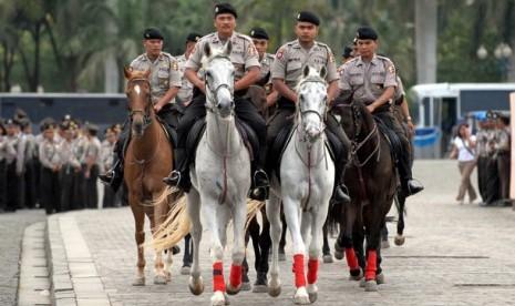 Pasukan berkuda dari kesatuan Brimob memasuki lapangan upacara pada acara gelar pasukan dalam rangka Operasi Lilin untuk pengamanan Natal 2006, Idul Adha 1427 H dan Tahun Baru 2007 di Jakarta, Kamis (21/12). Gelar pasukan tersebut diikuti 18 ribu personel