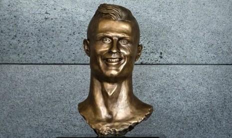 Patung 'Nyengir' Ronaldo Dicemooh