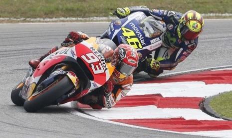Pebalap Spanyol, Marc Marquez (depan), dan pebalap Italia, Valentino Rossi, duel adu cepat dalam balapan Motogp seri GP Malaysia di Sirkuit Internasional Sepang, Selangor, Malaysia, Ahad (25/10).