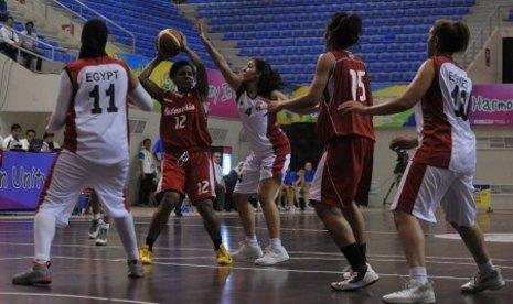Putri Indonesia on Pebasket Putri Indonesia Jacklien Ibo  Kedua Kiri  Mempertahankan Bola