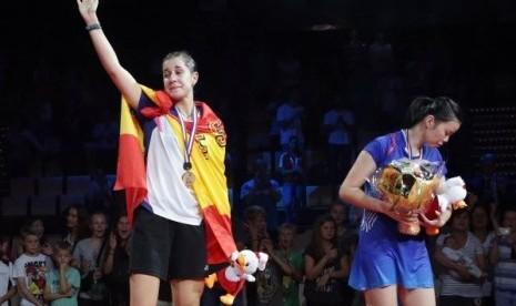 Pebulu tangkis asal Spanyol, Carolina Marin (kiri) saat menjadi juara dunia pada 2014 lalu