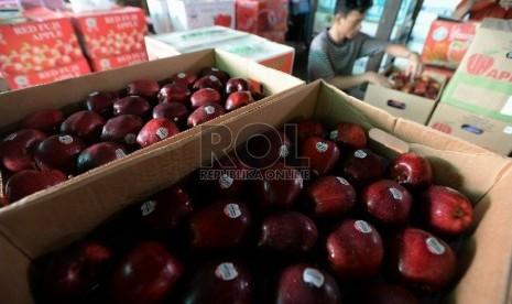 Pedagang menata apel impor di Pasar Induk Kramat Jati, Jakarta, Selasa (28/1). (Republika/Prayogi)