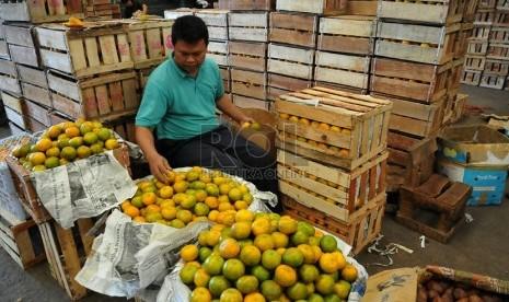Pedagang menata buah di Pasar Induk Kramat Jati, Jakarta, Rabu (6/8).  (Republika/Prayogi)