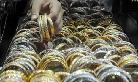 Pedagang menata perhiasan-perhiasan emas yang dijual di sentra perhiasan Cikini, Jakarta, Selasa (12/2).   (Republika/Aditya Pradana Putra)