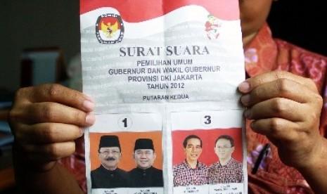 Pegawai Komisi Pemilihan Umum Daerah (KPUD) DKI Jakarta menunjukkan contoh kertas surat suara untuk pilkada putaran kedua, di Jakarta, Jumat (31/8) lalu.