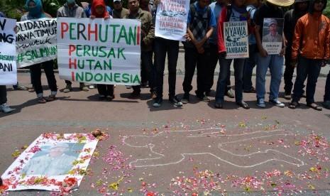 Pegiat lingkungan yang tergabung dalam solidaritas Surabaya untuk Salim Kancil melakukan aksi solidaritas terhadap pembunuhan petani penolak tambang pasir Lumajang bernama Salim Kancil di depan Gedung Negara Grahadi, Surabaya, Jawa Timur, Kamis (1/10).