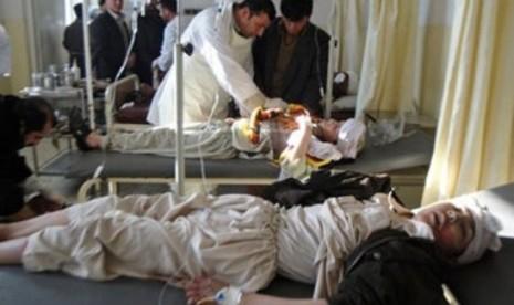Pejabat setempat menjenguk para pasien yang terlantar di RS Militer Dawood yang didanai Amerika Serikat di Kabul, Afghanistan.