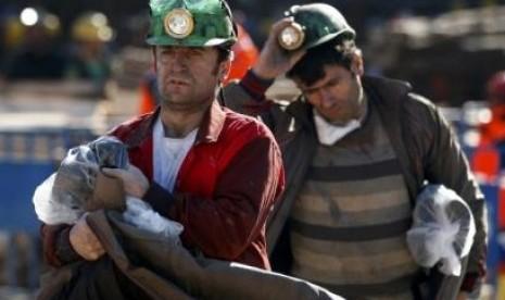 Pekerja beristirahat dalam upaya pencarian pekerja pertambangan yang terjebak di distrik Soma, Turki.