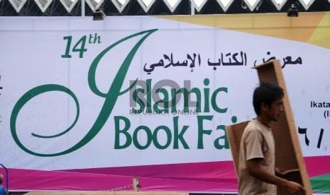 Pekerja mempersiapan stand saat akan dilaksanakan Islamic Book fair 2015 ke-14 di Istora Senayan, Jakarta, Kamis (26/2).