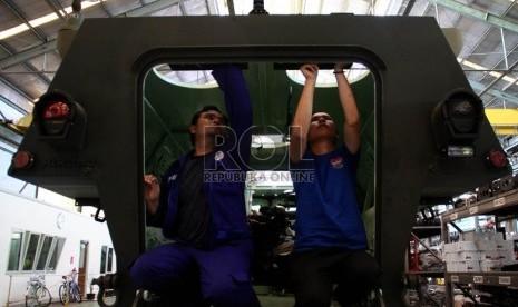 Pekerja menyelesaikan kerangka kendaraan tempur lapis baja APC 6X6 Anoa 2 di Unit Produksi 2 PT Pindad, Bandung, Jawa Barat, Selasa (16/10).