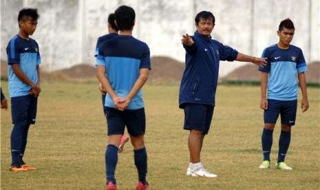 Pelatih Tim Nasional U19 Indonesia, Indra Sjafri (dua kanan), memberi intruksi pada pemainnya saat melakukan sesi latihan.