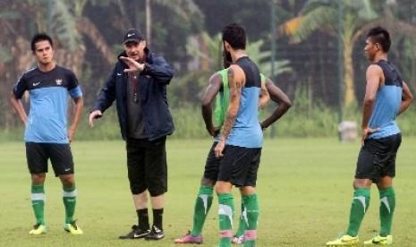 Pelatih timnas Alfred Riedl memberikan instruksi kepada pemain saat melakukan latihan