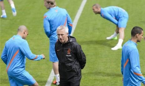 Pelatih timnas Belanda, Bert van Marwijk (tengah), mengamati pemainnya saat menggelar sesi pertama latihan timnas di Lausanne, Swiss, Jumat (18/5).
