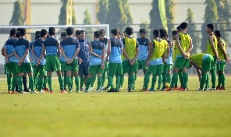 Pelatih Timnas U-19  Indra Sjafri dan anak asuhnya.