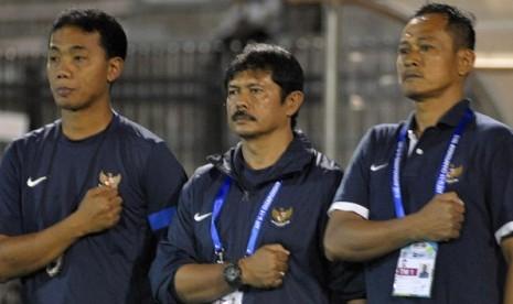 Pelatih Timnas U-19 Indra Sjafri (tengah)