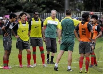Pelatih Alfred Riedl (tengah) saat memimpin sesi latihan timnas Indonesia