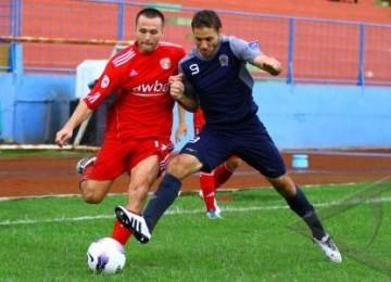 Pemain Arema Indonesia, Roman Chamelo (kanan), mencoba menghalangi laju pesepakbola Ayeyawady United, Miroslav Yadiak, dalam pertandingan AFC Cup di Stadion Gajayana, Malang, Rabu (7/3).