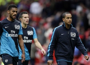 Pemain Arsenal, Theo Walcott, Robin van Persie, dan Armand Traore berjalan lesu usai pertandingan yang memalukan mereka dengan skor 8-2.