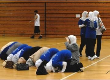 Pemain basket muslimah sedang menunaikan sholat di lapangan basket. (ilustrasi)