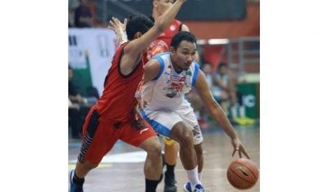 Pemain Bimasakti Yanuar Dwi Priasmoro berusaha membawa bola melewati adangan pemain Pacific Caesar