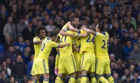 Pemain Chelsea merayakan gol ke gawang Everton, Ahad (31/8) dini hari WIB.