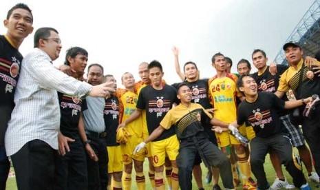 Pemain dan manajemen Sriwijaya FC melakukan perayaan sebagai juara ISL di Stadion Gelora Sriwijaya Jakabaring Palembang.