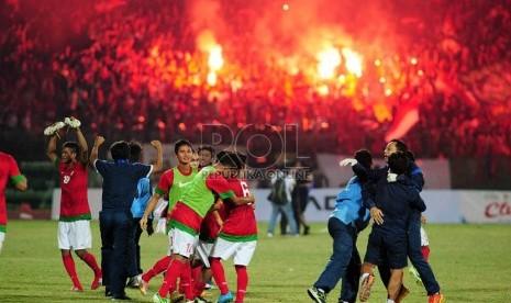 Pemain Indonesia meluapkan emosinya usai memenangi pertandingan Final Piala AFF U19 di Stadion Deltra Sidoarjo, Jawa Timur, Ahad (22/9).  (Republika/Edwin Dwi Putranto)